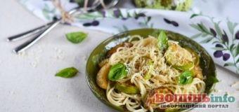 Проста та дуже смачна весняна страва – пікантні макарони з кабачком