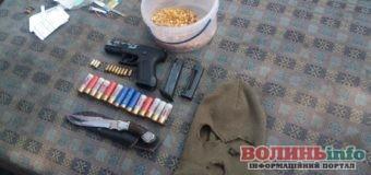 Пістолет, набої, бурштин і не тільки – поліцейські провели обшук і виявили багато цікавого у жителя Волині