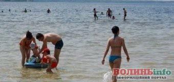 Світязь 2020: бази відпочинку зачинені, але відпочивальники засмагають та відпочивають на пляжах