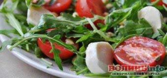 Ніжний салат з куркою і руколою, доповнений свіжими овочами