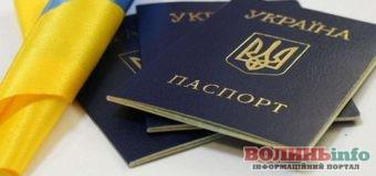 Паспорт книжечкою поступово зникне з життя українців
