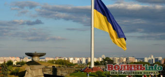У Києві підняли найвищий та найбільший Державний прапор України