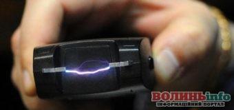 Поліція зможе бити електрошокером водіїв