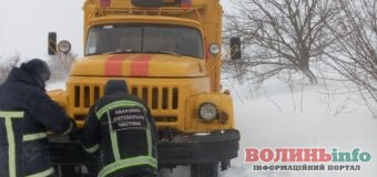 Негода на Волині: снігопад та заметіль залишили цілі села без світла та авто у заметах
