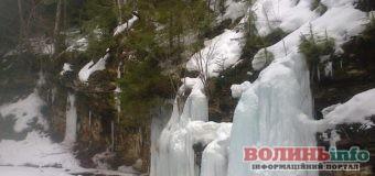 Неймовірної краси замерзлі водоспади в Карпатах показали у мережі