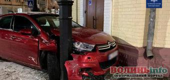 У Ковелі п'яна 18-річна водійка без права керування не помітила металеву опору