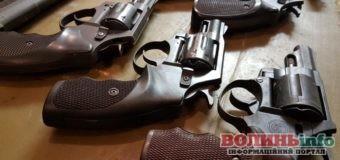 Гранати, набої, зброя, вибухові речовини – поліція вилучає у волинян нелегальну зброю