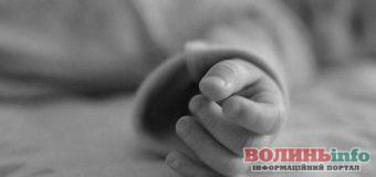 В містечку на Рівненщині помер малюк, в якого на обличчі спав кіт