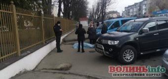 Біля стін обласної лікарні у Луцьку помер чоловік