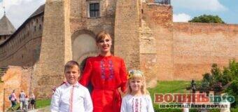 Під стінами Луцького замку молода мама заспівала гімн у новій редакції