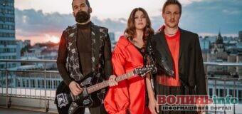 Гурт KAZKA презентував нову пісню, кліп до якої зняли на даху багатоповерхівки