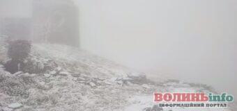 В українських Карпатах випав сніг